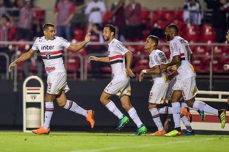 Diego Souza comemora o gol da virada do São Paulo