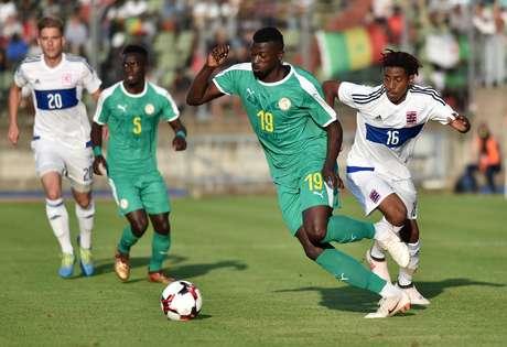Jogadores de Senegal e Luxemburgo durante amistoso nesta quinta-feira (31)