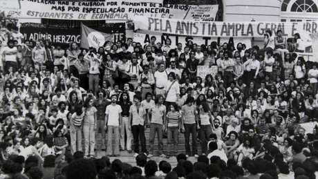 Protesto pela anistia de perseguidos pela ditadura militar em 1979, no Rio de Janeiro (Foto: Arquivo Nacional)