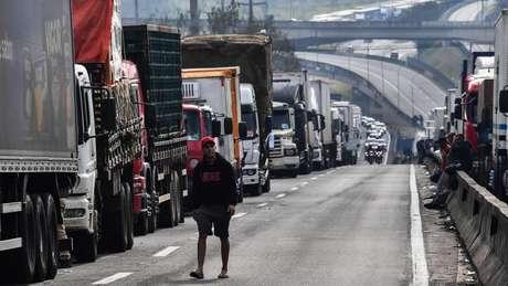 Caminhoneiros bloqueiam a rodovia Regis Bittencourt, na região metropolitana de São Paulo, no sexto dia da greve