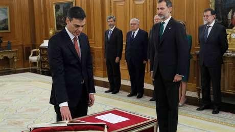 Pedro Sánchez jurou com a mão na Constituição, diante do rei Felipe 6