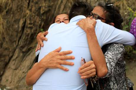 Familiares recebem primeiros opositores libertados por Nicolás Maduro
