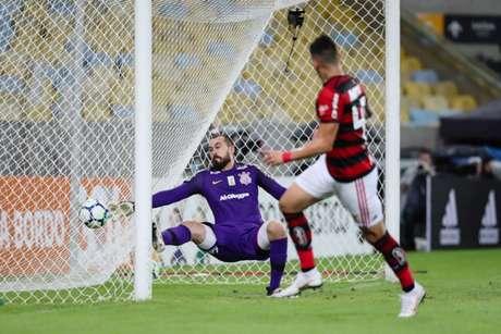 Vizeu fez o gol da vitória do Flamengo aproveitando rebote de Walter (Foto: Andre Melo Andrade/Eleven)