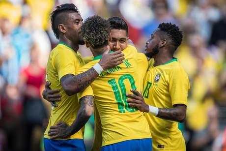 Jogadores da Seleção brasileira comemoram gol durante amistoso contra a Croácia