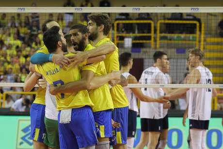 Brasil comemora vitória sobre os Estados Unidos na Liga das Nações de Vôlei