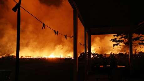 Lava do vulcão Kilauea queima nas proximidades de casa no Havaí: Milhares de pessoas foram forçadas a deixar a região em função dos riscos
