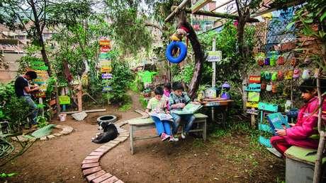 Área abandonada e cheia de lixo na periferia de Lima foi transformada pelas crianças em um bosque, como parte do projeto Tierra de Niños