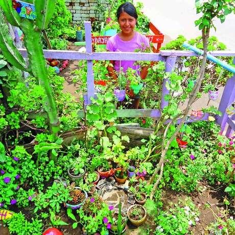 Crianças assinam um contrato para cuidar do jardim e, com poucos recursos, o transformam em áreas lúdicas