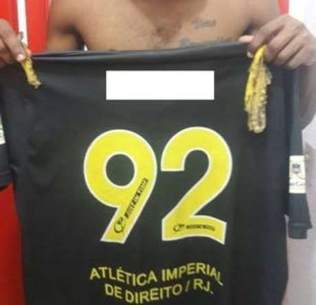 Atletasegura camisa com cascas de banana que teriam sido arremessadas contra ele