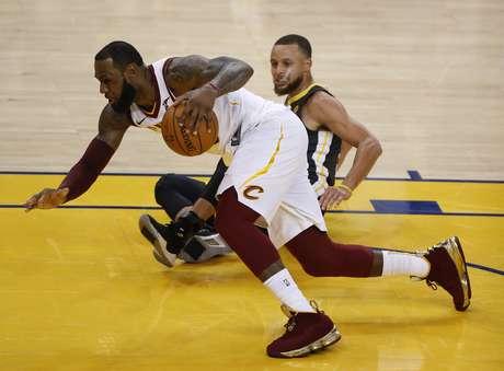 Lebron e Curry caem em lance do segundo jogo das finais da NBA
