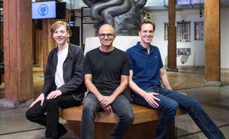 Chris Wanstrath (esquerda), deixa gerência do GitHub, que vai ser assumida por Nat Fridman (direita). No centro, o CEO da Microsoft, Satya Nadella (Imagem: Divulgação/Microsoft)