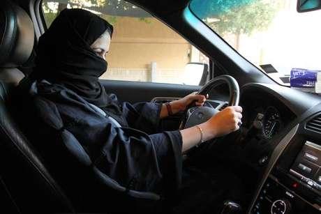 Mulheres começam a receber habilitação na Arábia Saudita