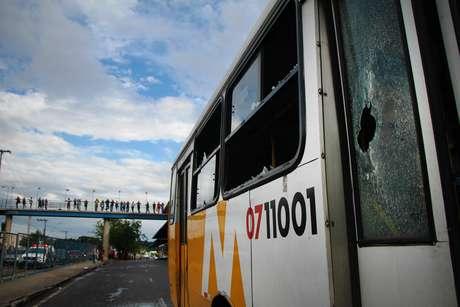 Passageiros revoltados apedrejam cerca de 60 ônibus no Terminal 4 e na Bola do Produtor na manhã desta segunda-feira (4), em Manaus (AM), durante o sétimo dia da greve dos rodoviários do transporte público.