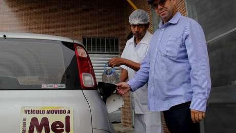 Luiz Jordans abastece seu carro com etanol à base de mel desde 2015