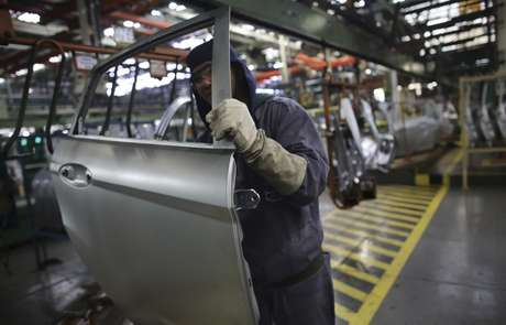 Funcionário trabalha em fábrica automobilística em São Bernardo do Campo, São Paulo 13/08/2013 REUTERS/Nacho Doce