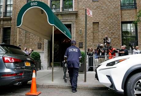 Examinador chega à entrada do apartamento de Kate Spade