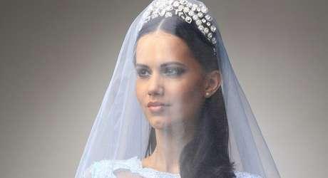Modelo parecida com Marquezine usou vestidos de noiva dignos de princesas