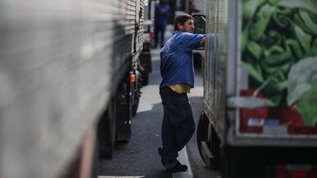 Homem em meio a caminhões parados em greve no Rio de Janeiro; paralisação expôs dependência do país nos combustíveis fósseis