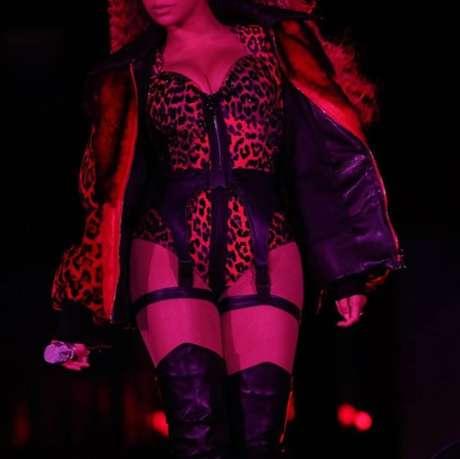 A cantora apostou também na estampa de oncinha em uma de suas produções