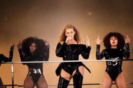 O look todo de vinil foi outra escolha poderosa de Beyoncé para o show