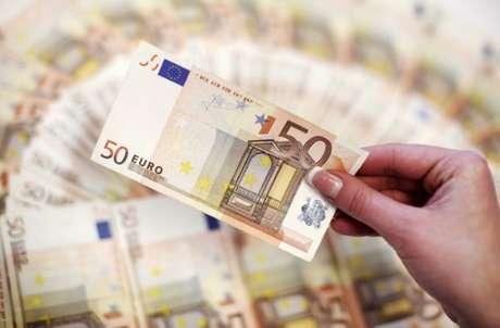 Funcionário conta notas de euro em banco em Sarajevo 19/03/2012 REUTERS/Dado Ruvic