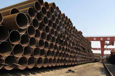 Canos de aço são vistos em fábrica em Hebei, na China 19/03/2018 REUTERS/Muyu Xu