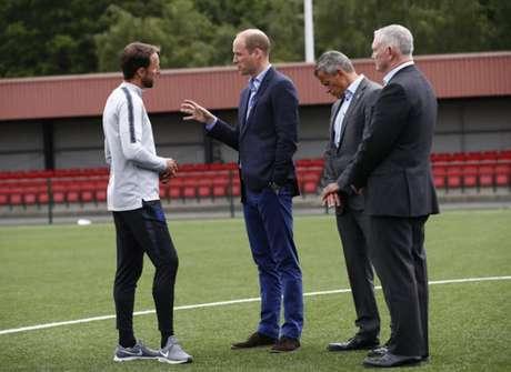 Harry Kane e o príncipe William conversam no campo (Foto: Reprodução / Twitter)