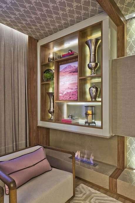 6. Sala de estar moderna com modelo de lareira a gás compondo a decoração