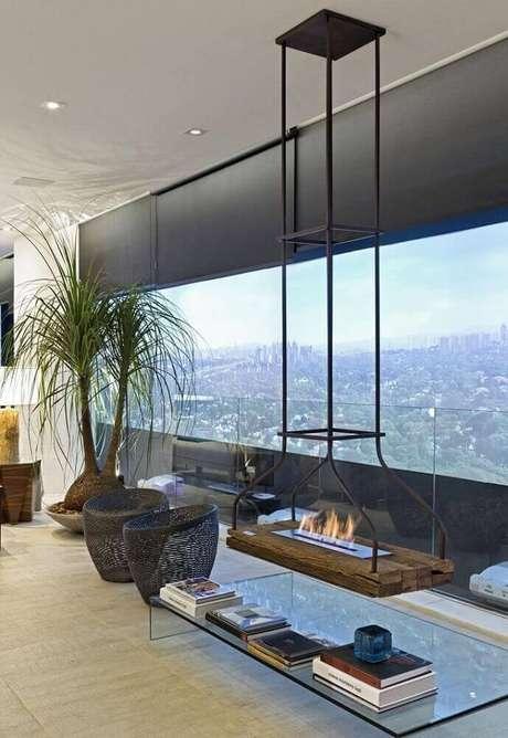 10. A lareira ecológica suspensa garantiu um toque bem moderno para a decoração do ambiente