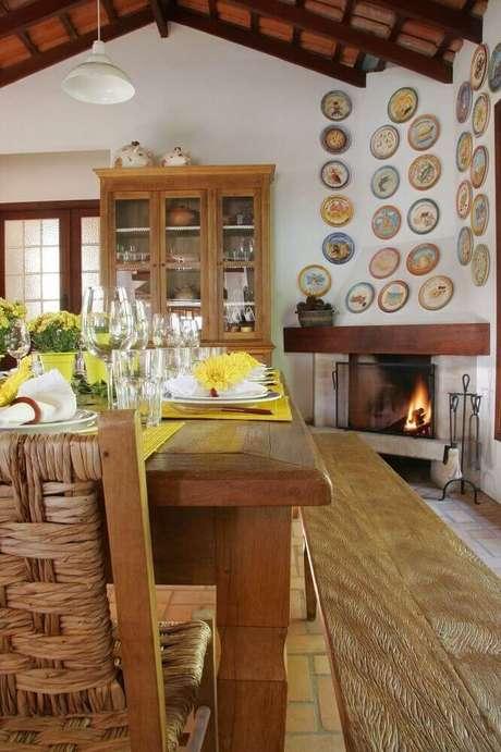 4. Decoração rústica e simples para sala de jantar com lareira a lenha