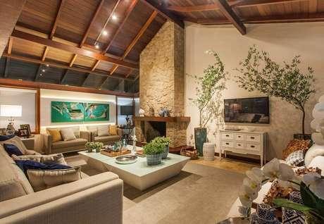 2. Sala de jantar decorada com lareira a lenha revestida de pedra