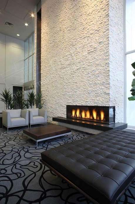 37. As lareiras de canto são o grande destaque dos ambientes decorados