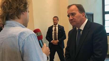 Stefan Löfven ao chegar à Corte em Estocolmo; premiê negou saber de qualquer irregularidade na escolha dos caças