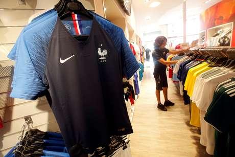 Camisas da seleção francesa são vistas em loja em Marselha, na França 08/06/2018  REUTERS/Jean-Paul Pelissier