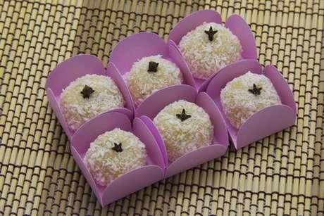 Beijinho de coco low carb enfeitados com cravos-da-Índia