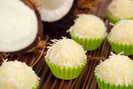 Beijinho de coco low carb em forminhas verdes