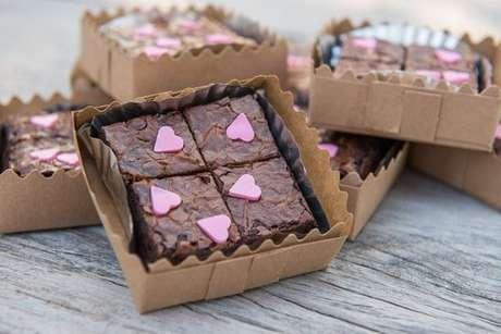 Caixinha com mini-brownies decorados com corações rosas