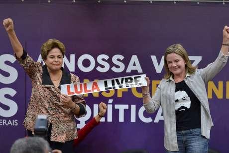 A ex-presidente Dilma Rousseff e a presidente do PT, Gleisi Hoffmann