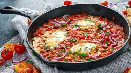 Shakshuka: prato israelense feito com molho de tomate e ovos