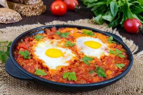 Shakshuka servida com dois ovos fritos
