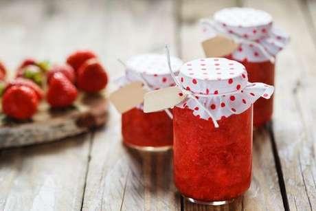Potinho de vidro com geleia de morango