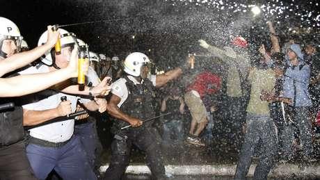 Polícia Militar e manifestantes mantiveram uma relação tensa em 2013