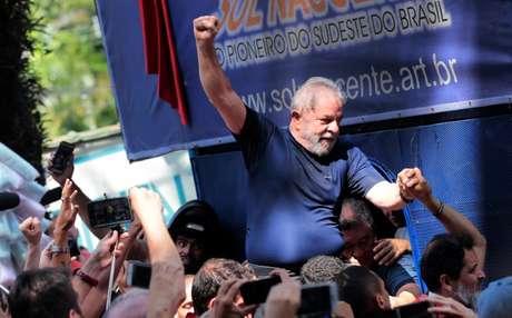 Ex-presidente Luiz Inácio Lula da Silva é carregado por simpatizantes em São Bernardo do Campo 07/04/2018 REUTERS/Leonardo Benassatto