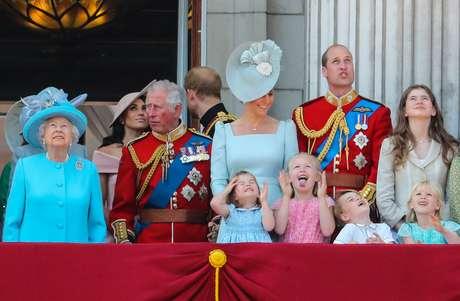 Crianças roubam a cena em cerimônia que festeja o aniversário da Rainha Elizabeth II