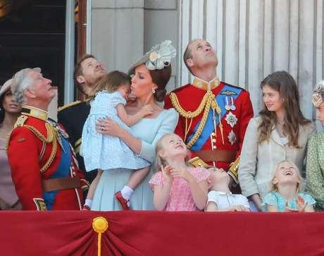 Depois de escorregar, a princesa Charlotte teve de ser reconfortada pela mãe, a Duquesa de Cambridge