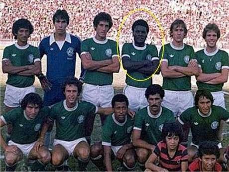 Mococa é o jogador destacado de amarelo na imagem. Ele jogou no clube de 78 a 80 (Foto: Divulgação)