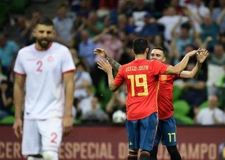Aspas comemora com Diego Costa o seu gol sobre a Tunísia (Foto: Pierre-Philippe Marcou / AFP)