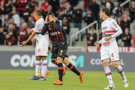 Raphael Veiga, do Atlético-PR, se desespera com a defesa de Sidão do São Paulo, na partida da 11ª rodada do Brasileirão