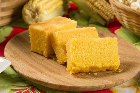 Fatias de bolo de milho de liquidificador