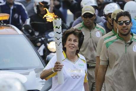 Maria Esther durante o revezamento da Tocha Olímpica em São Paulo (SP), em 2016